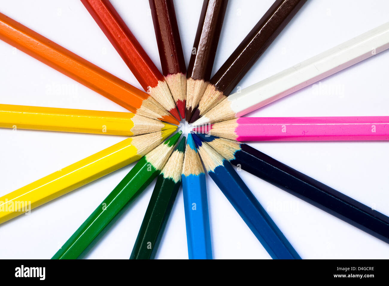 Close-up d'une sélection de crayons de couleur, disposés comme une roue de couleurs. Photo Stock