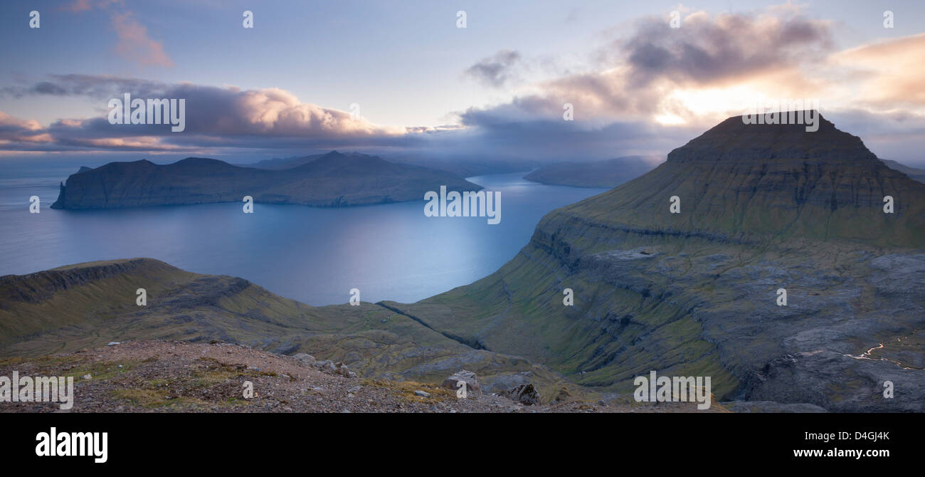 En regardant vers l'île de Vagar et des montagnes de Streymoy, îles Féroé, de l'Europe. Photo Stock