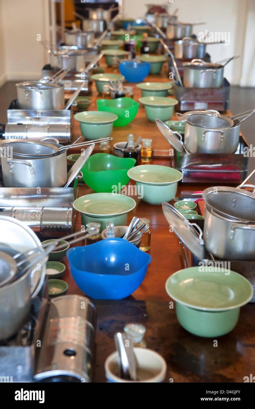 Cuisine et ustensiles sur une longue table Photo Stock