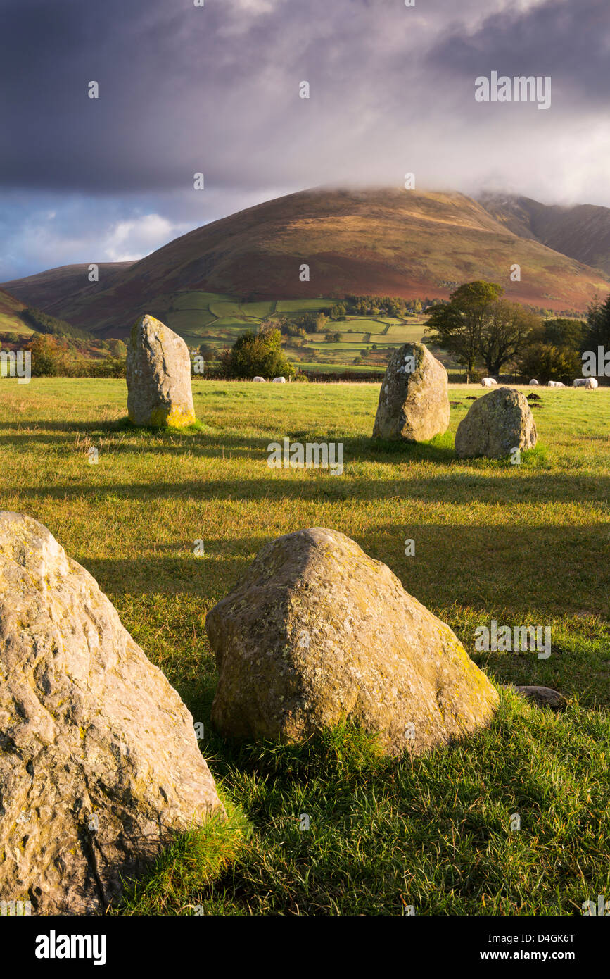 Cercle de pierres de Castlerigg dans le Parc National du Lake District, Cumbria, Angleterre. L'automne (octobre) Photo Stock