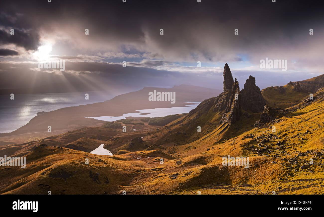 Lumière dramatique sur le vieil homme de Storr, île de Skye, en Ecosse. L'automne (novembre) 2012. Photo Stock