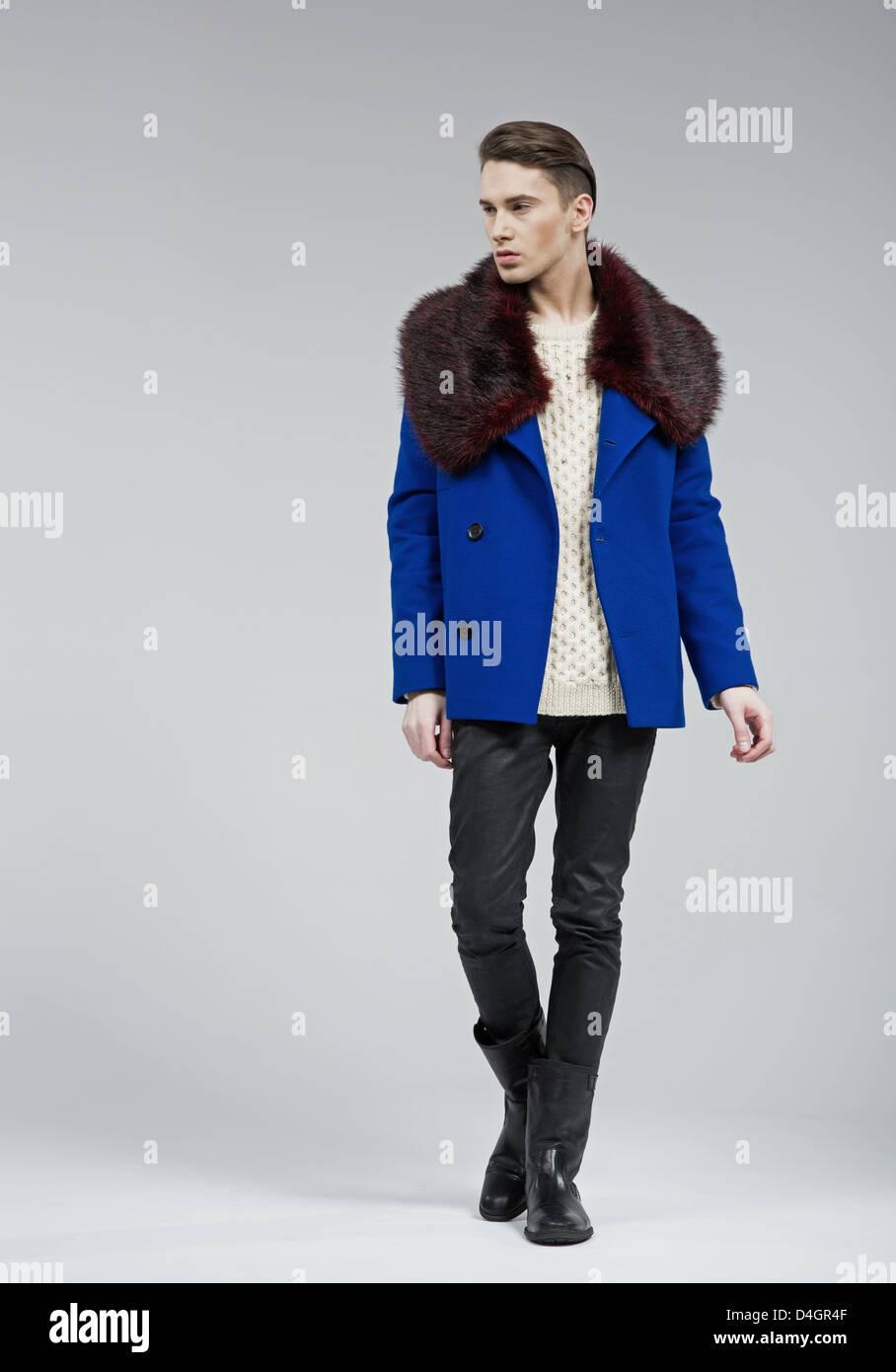 Bel homme élégant habillé en manteau bleu Photo Stock