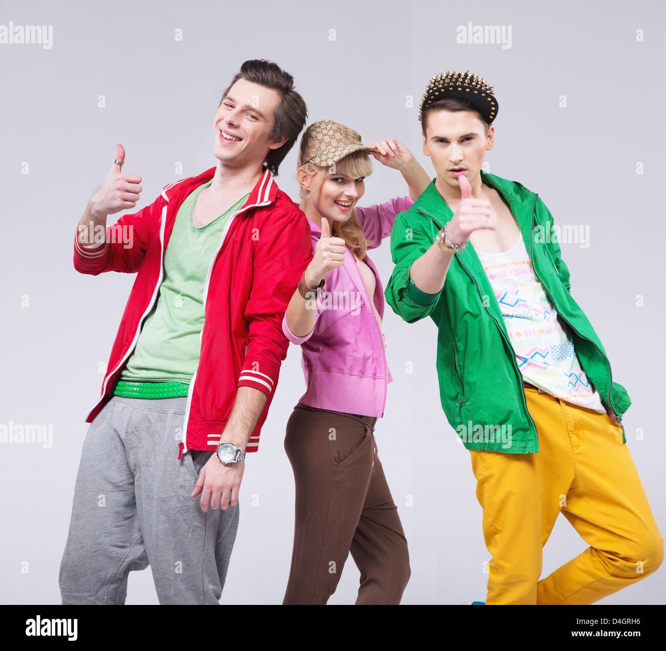 Trois jeunes amis optimistes poser Photo Stock