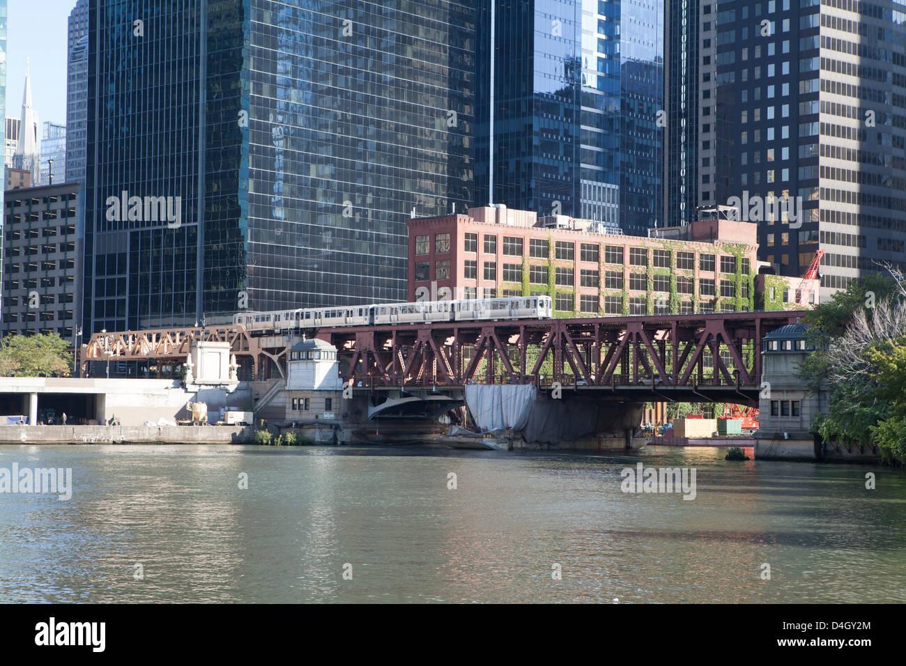 El train traversant le pont de la rue du lac sur la rivière Chicago, la boucle, Chicago, Illinois, États Photo Stock