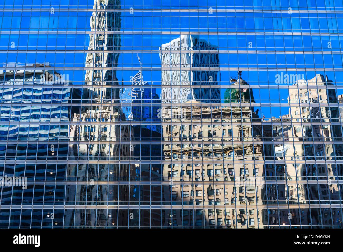 Bâtiments sur West Wacker Drive reflète dans la Trump Tower, Chicago, Illinois, États-Unis Photo Stock