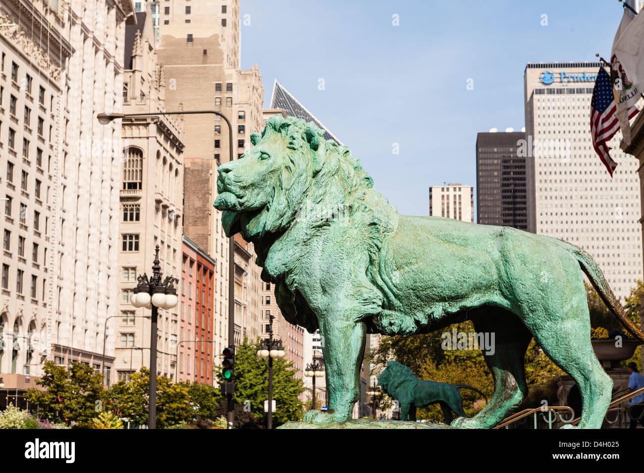 L'une des deux statues de lion en bronze à l'extérieur de l'Art Institute of Chicago, Chicago, Photo Stock