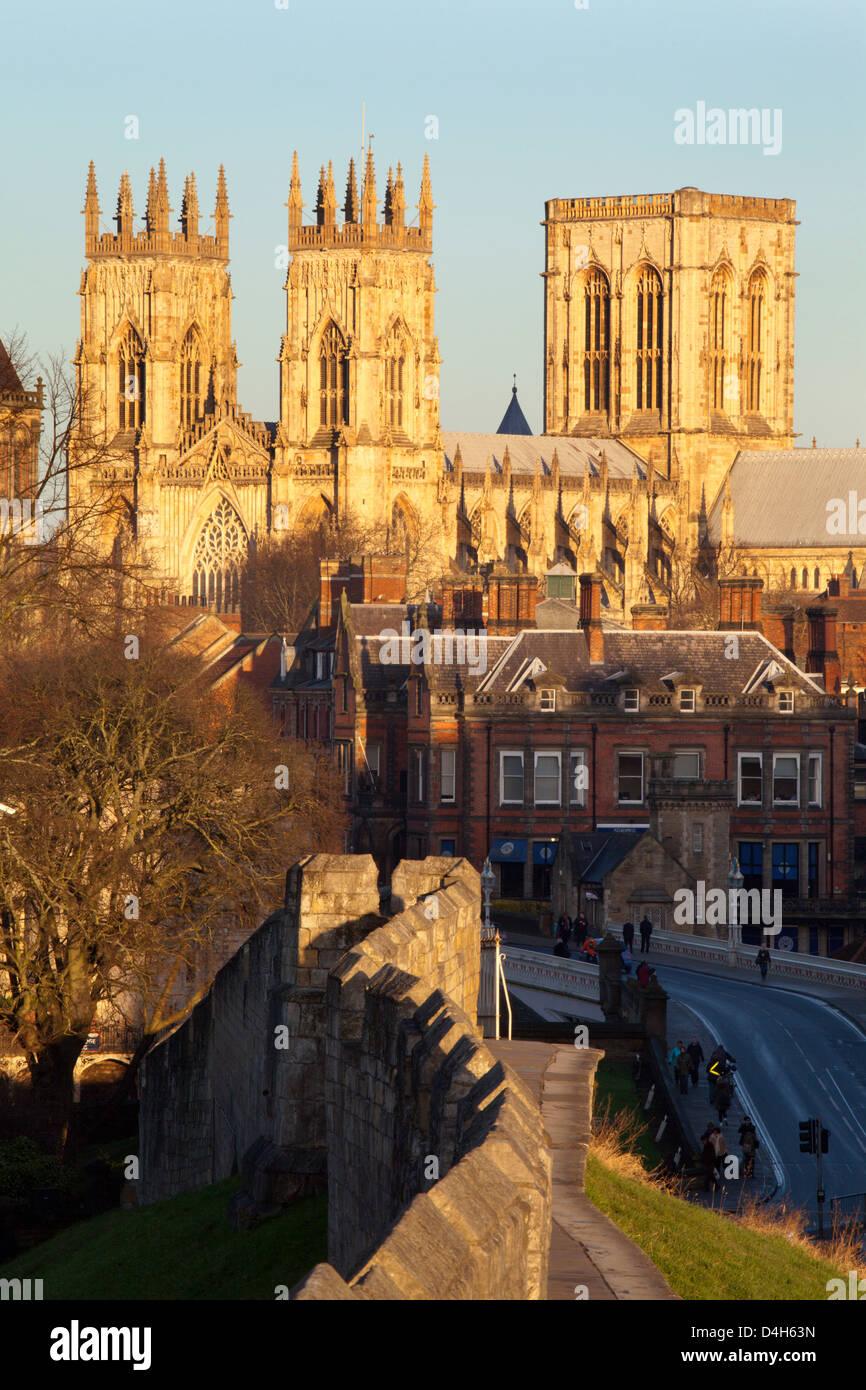 La cathédrale de York à partir de la muraille de la ville, York, Yorkshire, Angleterre, Royaume-Uni Photo Stock