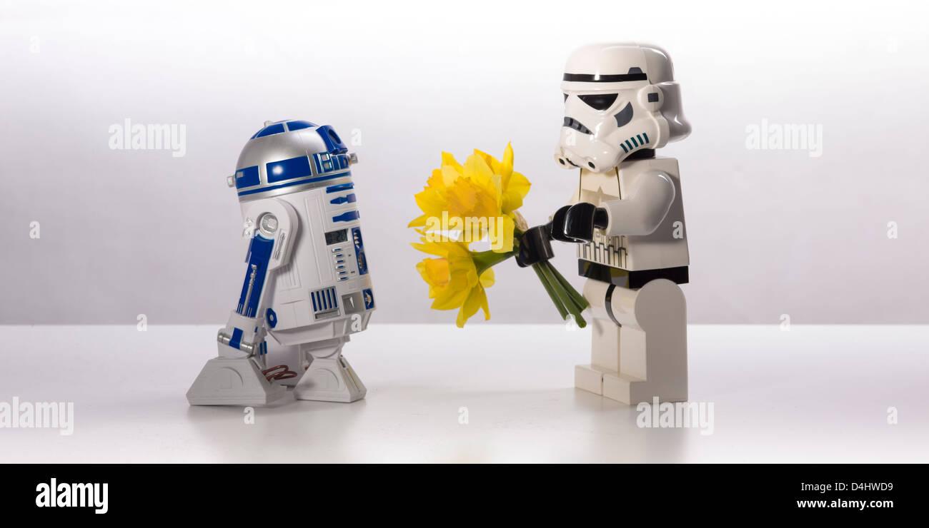 Star Wars, une histoire d'amour indicible. R2-D2 et un Stormtrooper Photo Stock