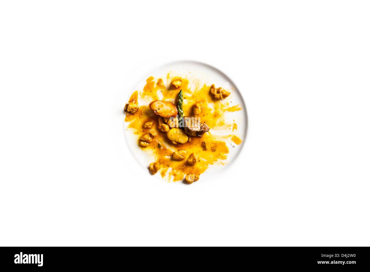 Ragoût de lapin avec gnocchi de pommes de terre, poêlée de foie, rein enveloppé dans la pancetta et les asperges. Banque D'Images