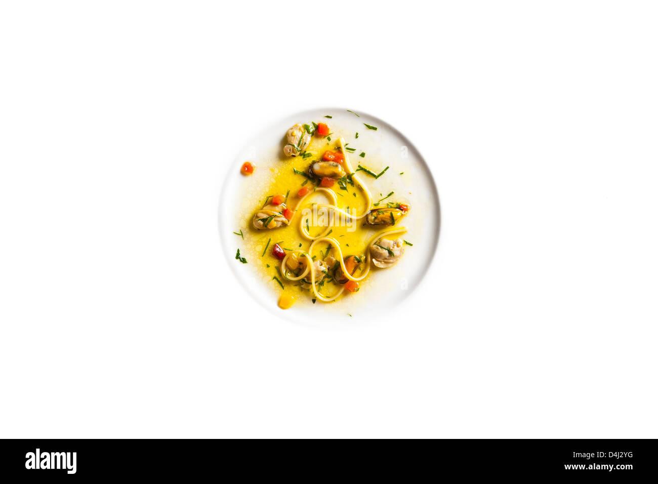 Linguine aux palourdes, moules et Bell Peppers Photo Stock