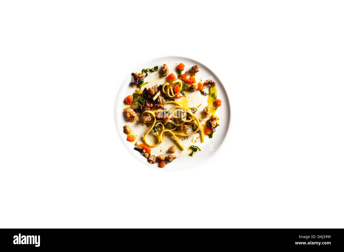 Maccheroni frais avec de la saucisse, verts amers et tomate Concasse'. Banque D'Images