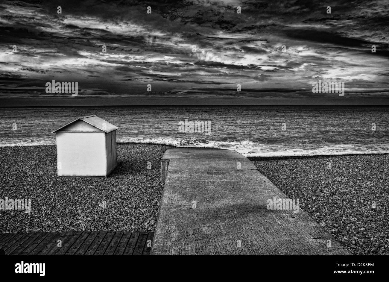 Quai en béton et hut on Rocky beach Banque D'Images
