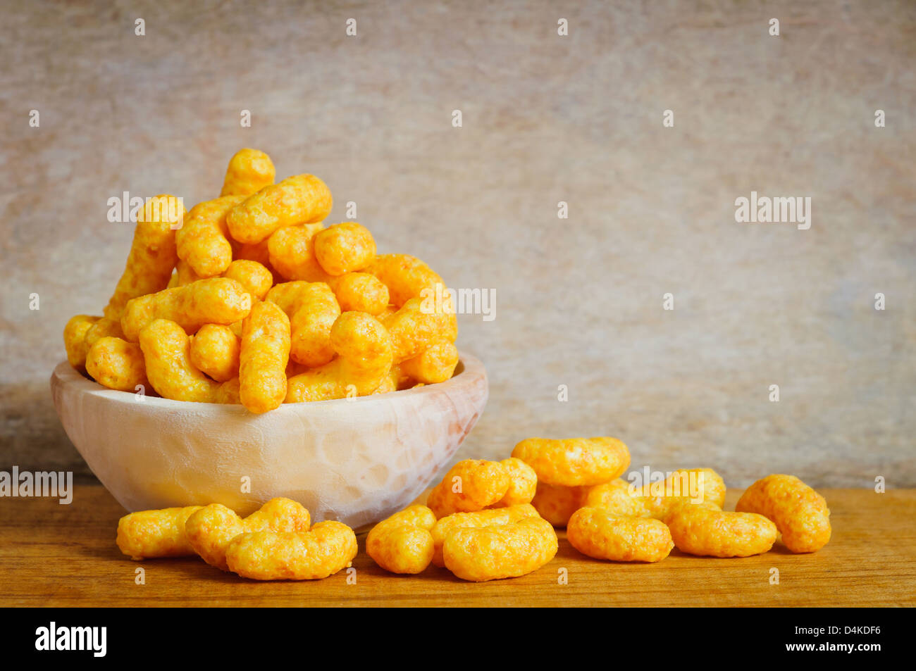 Bol avec snack-boucles fromage Photo Stock