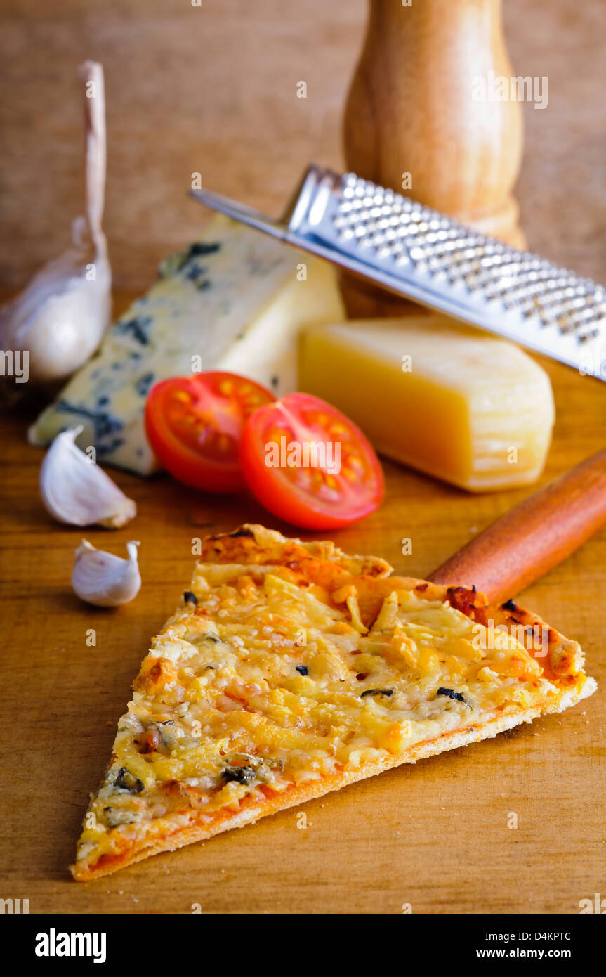 Pizza italien formaggio (fromage) tranche avec les ingrédients Photo Stock