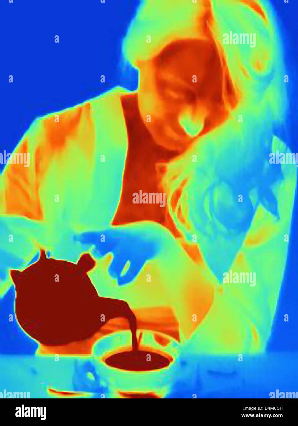 Image thermique d'une femme prenant le thé Photo Stock