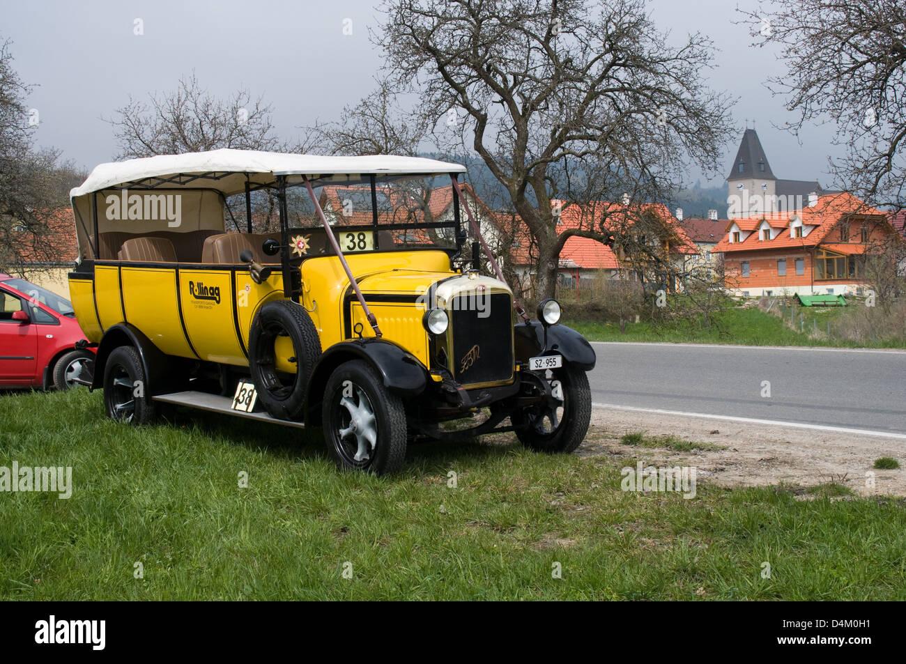 Un F.B.W F1 charabanc repose après avoir pris part à un cours sur la route à l'village autrichien Photo Stock