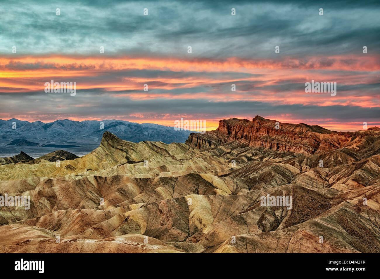 Coucher de soleil spectaculaire se développe avec le Golden Canyon de Zabriskie Point et California's Death Valley Banque D'Images