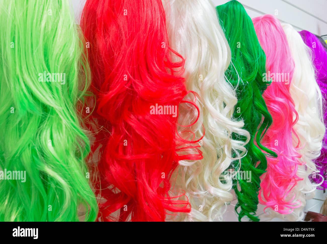 Des perruques de femme dans une boutique à Newcastle Eldon Square North East England UK Photo Stock