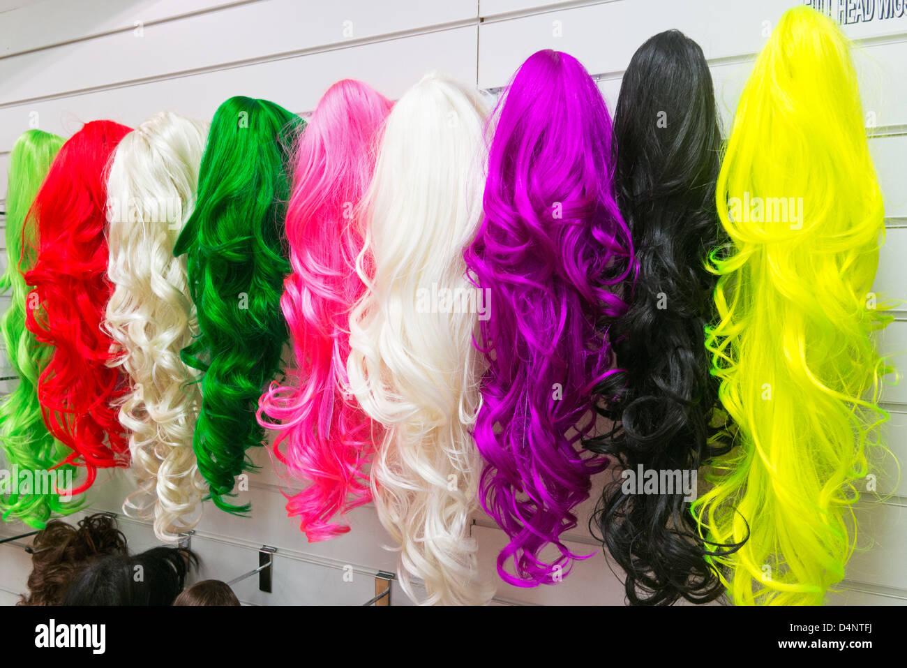 Perruques de femme de couleur dans une boutique à Newcastle Eldon Square North East England UK Photo Stock
