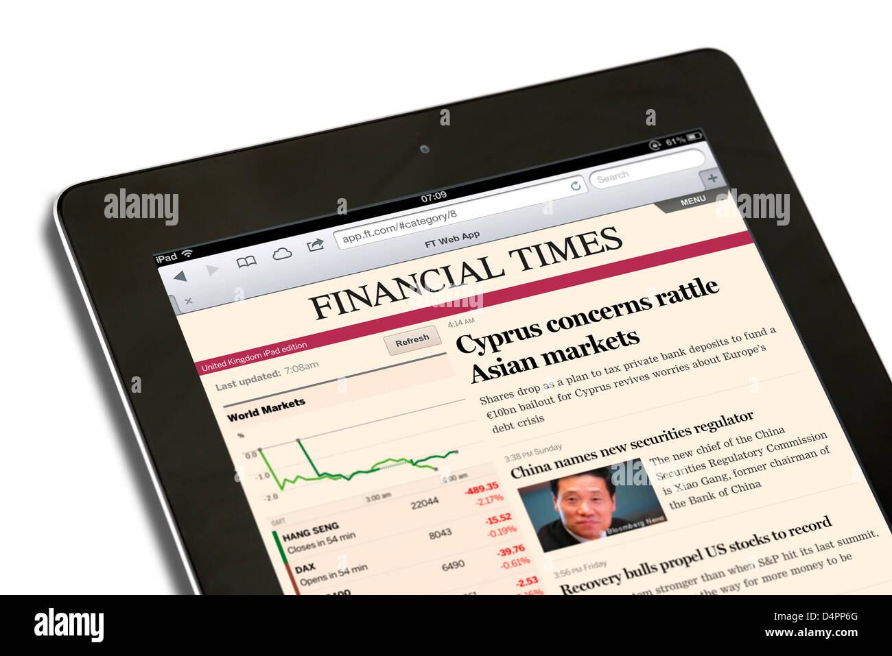 La lecture de l'iPad app web édition du journal Financial Times sur un iPad 4e génération, UK Photo Stock