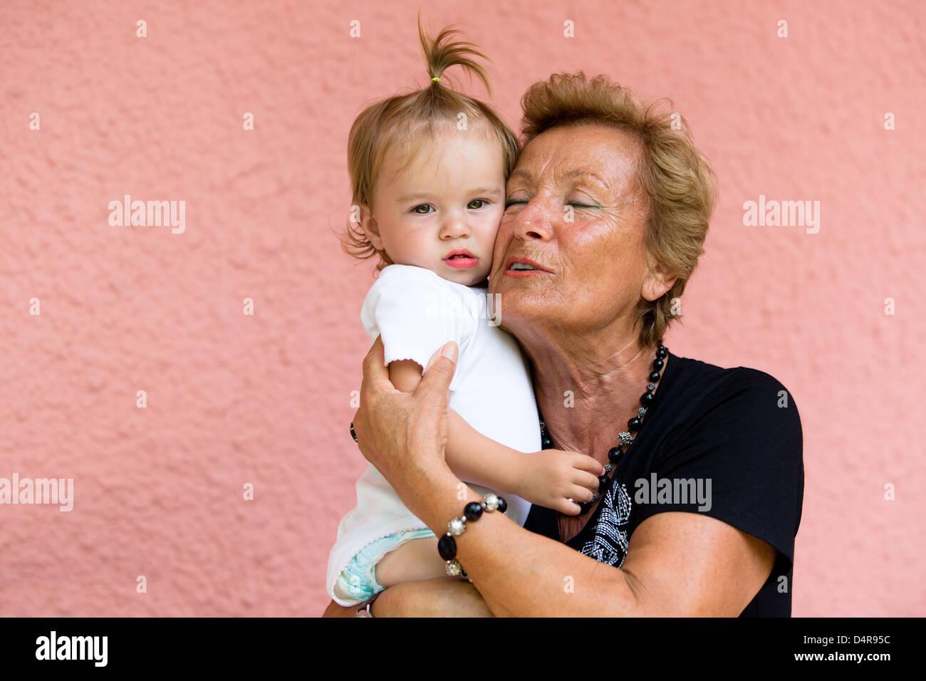 Grand-mère adore son grandkid tout en montrant ses véritables sentiments. Photo Stock