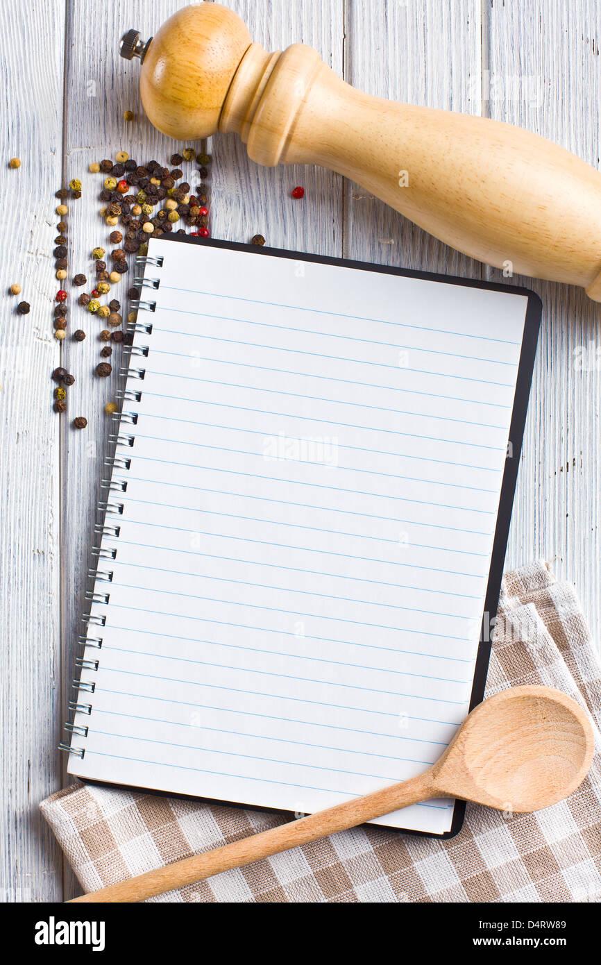 Le livre de recettes avec des épices poivre Photo Stock