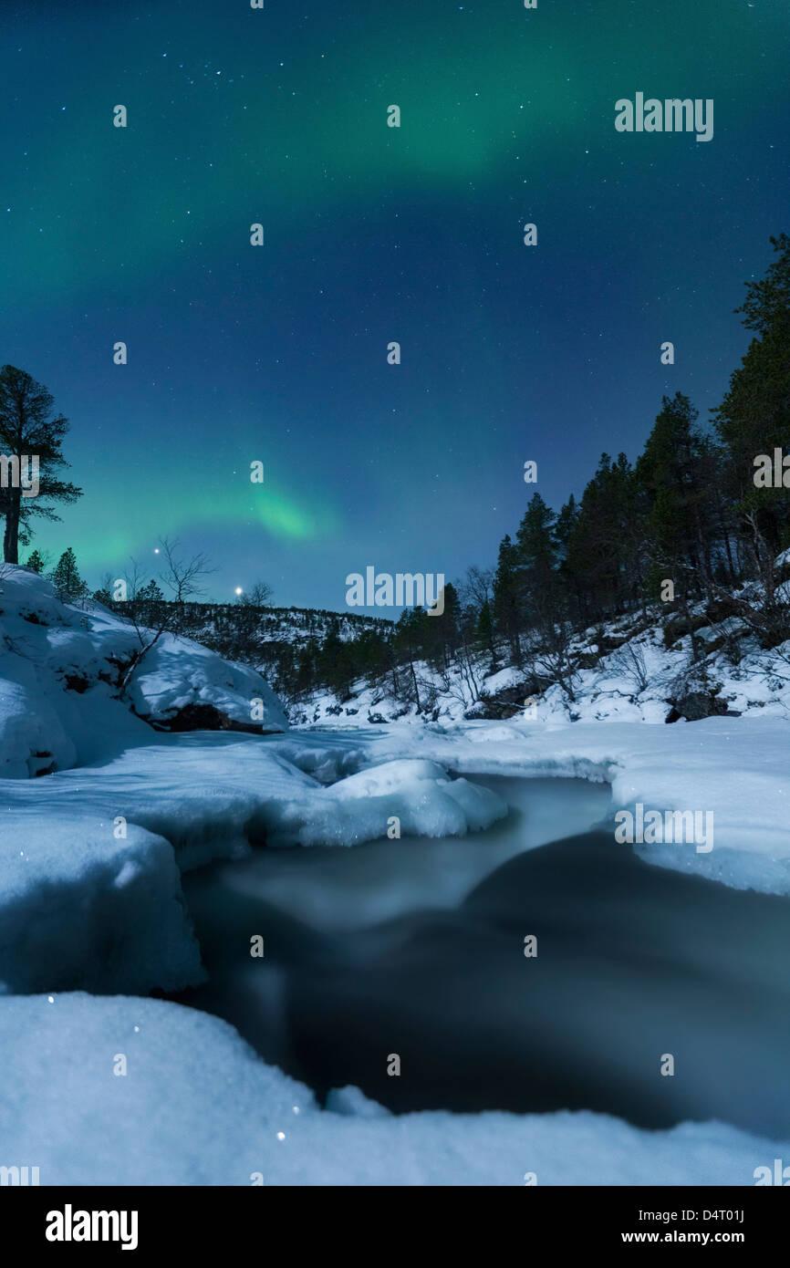 La lune et plus Tennevik aurora River, Troms, Norvège. Banque D'Images