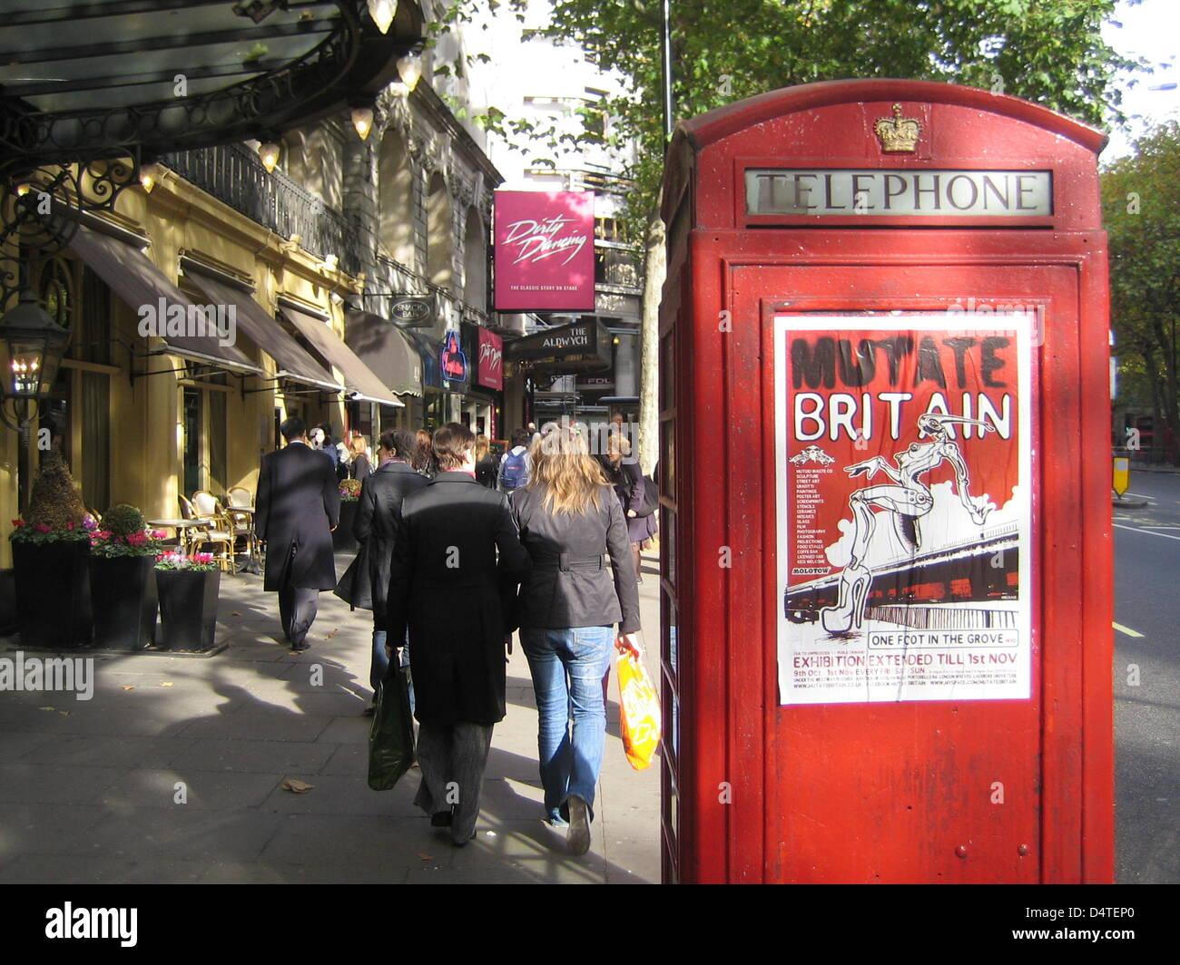 Une cabine téléphonique rouge à une route d'affaires à Londres, Royaume-Uni, 26 octobre 2009. Photo: Johannes Reichert Banque D'Images