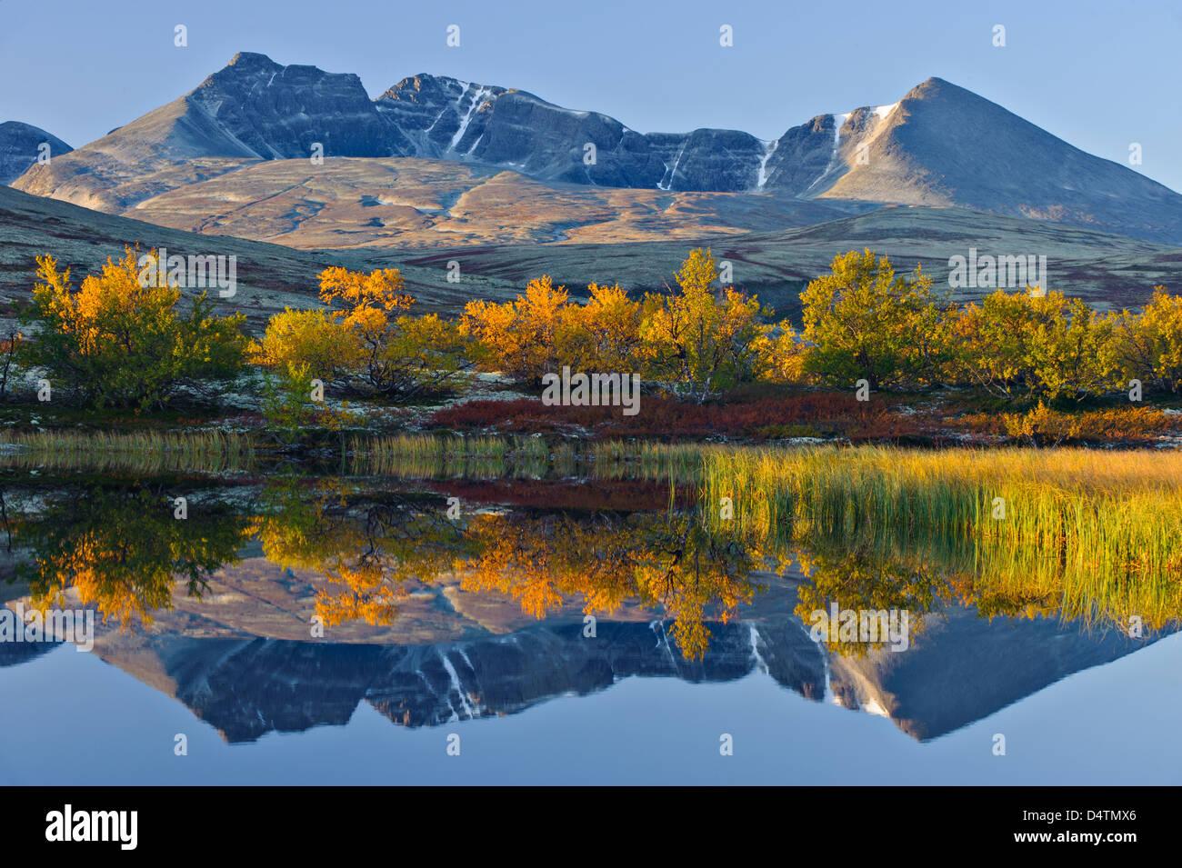Reflet de Rondslottet mountain. Parc national de Rondane, Norvège, Europe Photo Stock