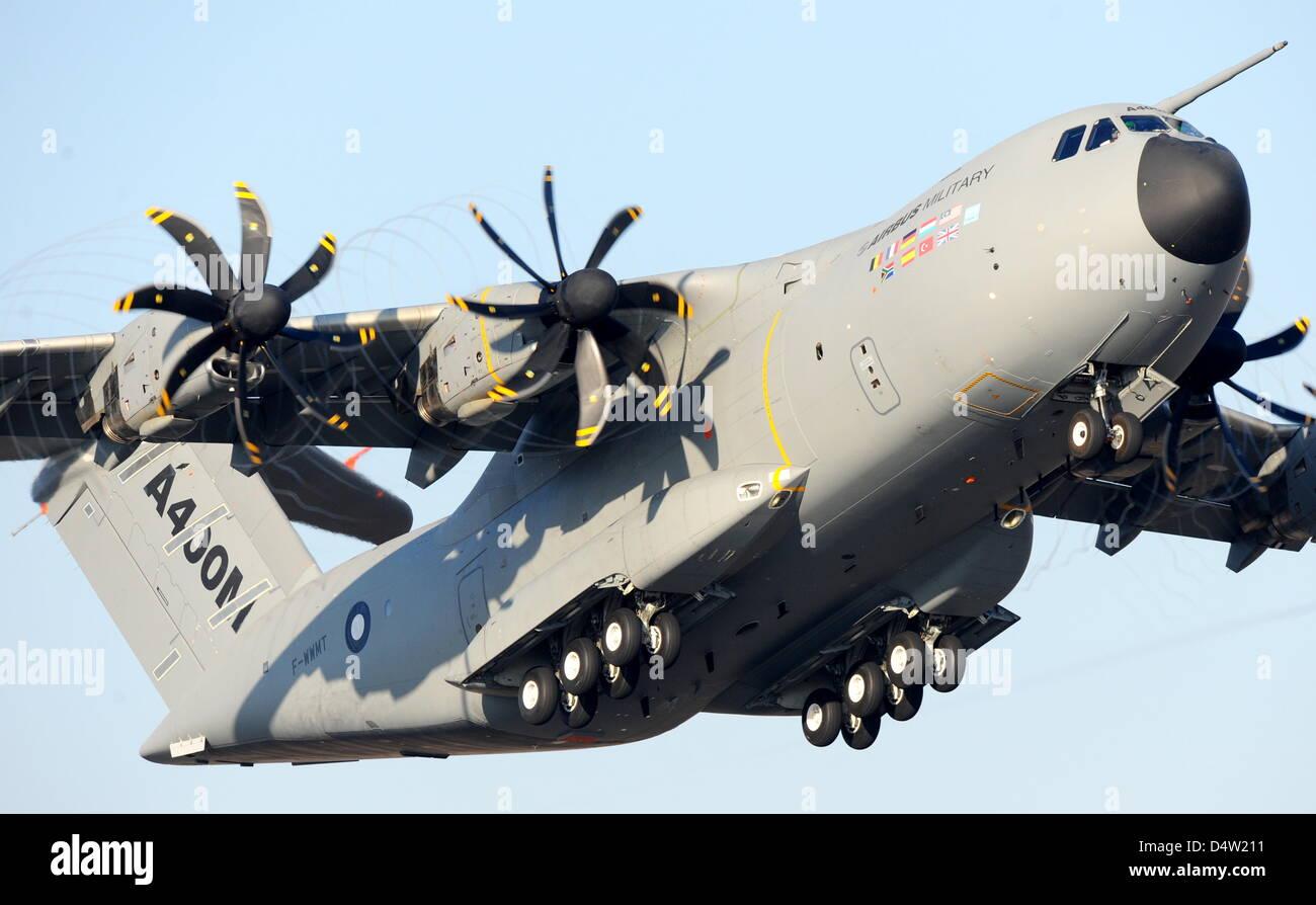 L'Airbus militaire A400M démarre sur son premier vol à Séville, Espagne, 11 décembre 2009. Le quadrimoteur avion a décollé en face de 2500 réduite à dix heures dans la magnifique sunshine. Le premier vol était initialement prévue pour début 2008. Photo: MAURIZIO GAMBARINI Banque D'Images