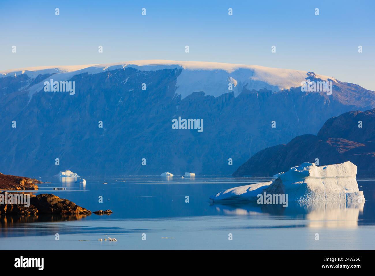 Les croisières entre les icebergs à Ø Røde, Scoresbysund, Groenland Photo Stock