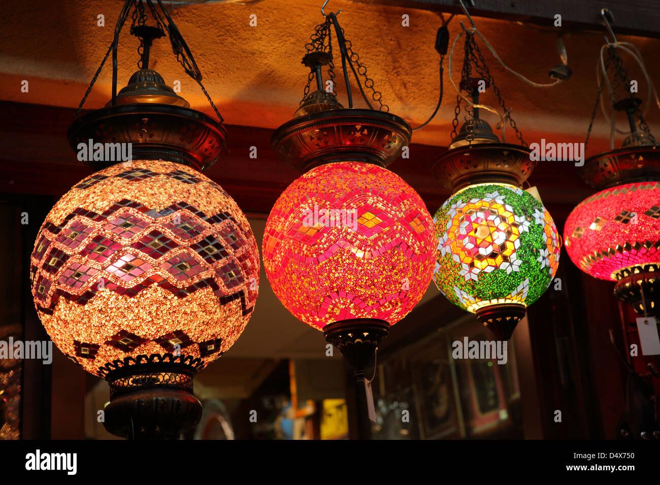 Lanternes colorées au cours du marché à Dubaï, Émirats Arabes Unis Photo Stock