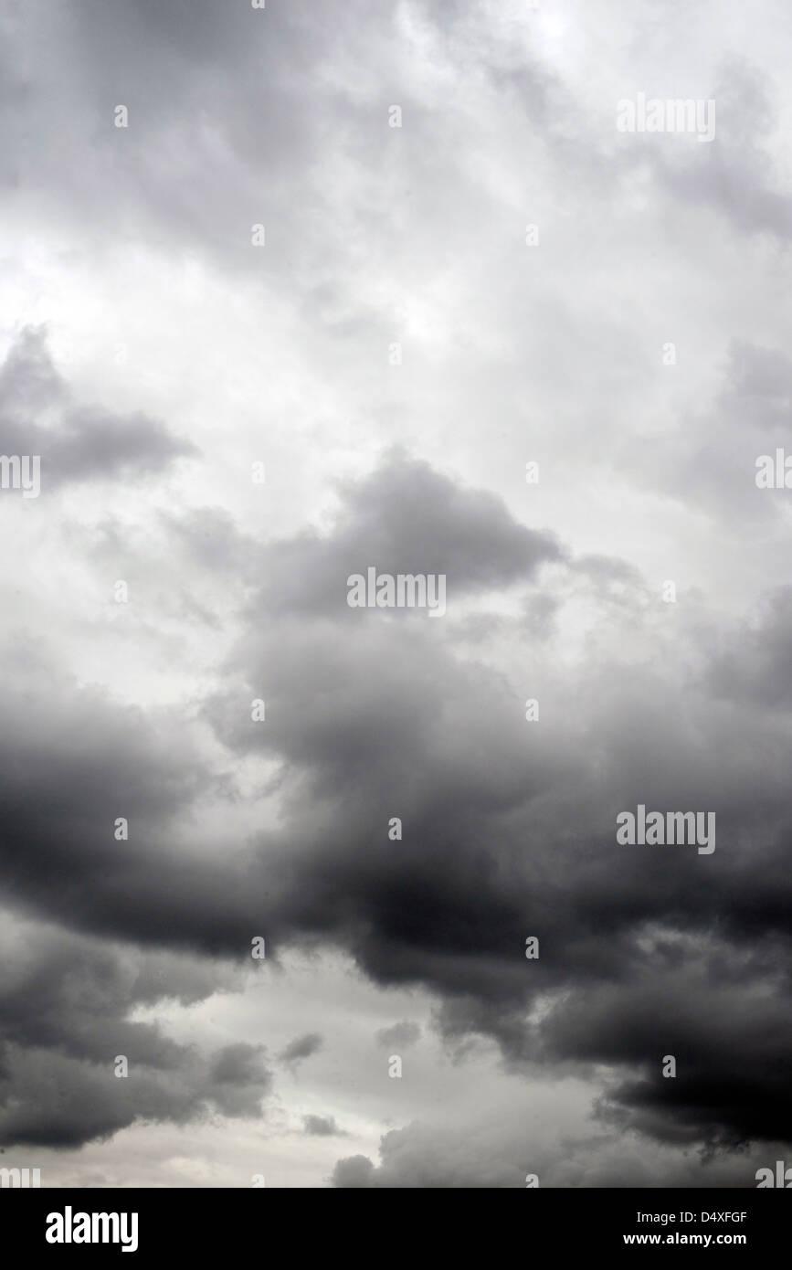 Des nuages orageux noir gale Photo Stock