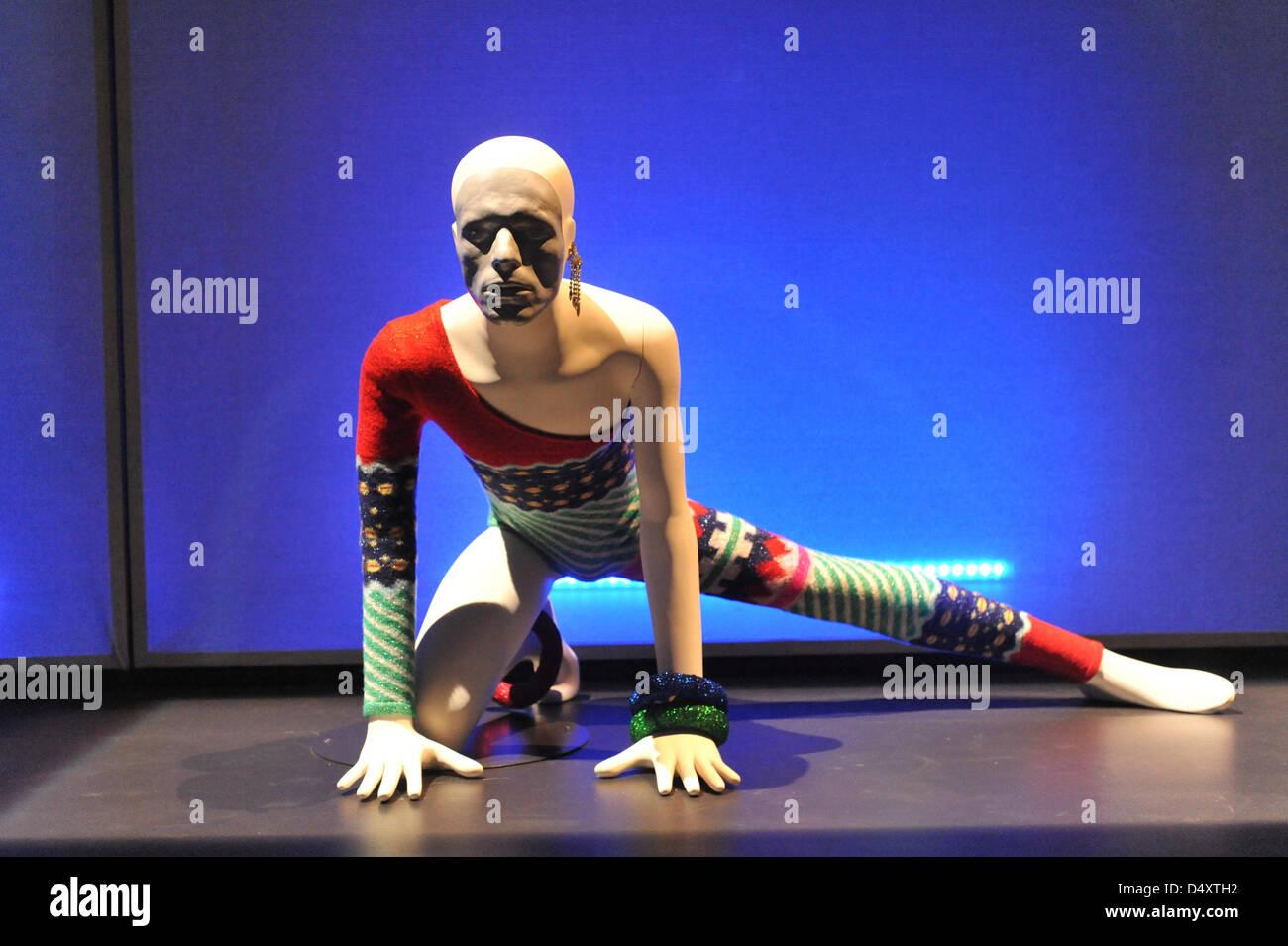 V&A, Londres, Royaume-Uni. Le 20 mars 2013. Costumes à l'exposition de David Bowie. Le 'David Bowie Photo Stock