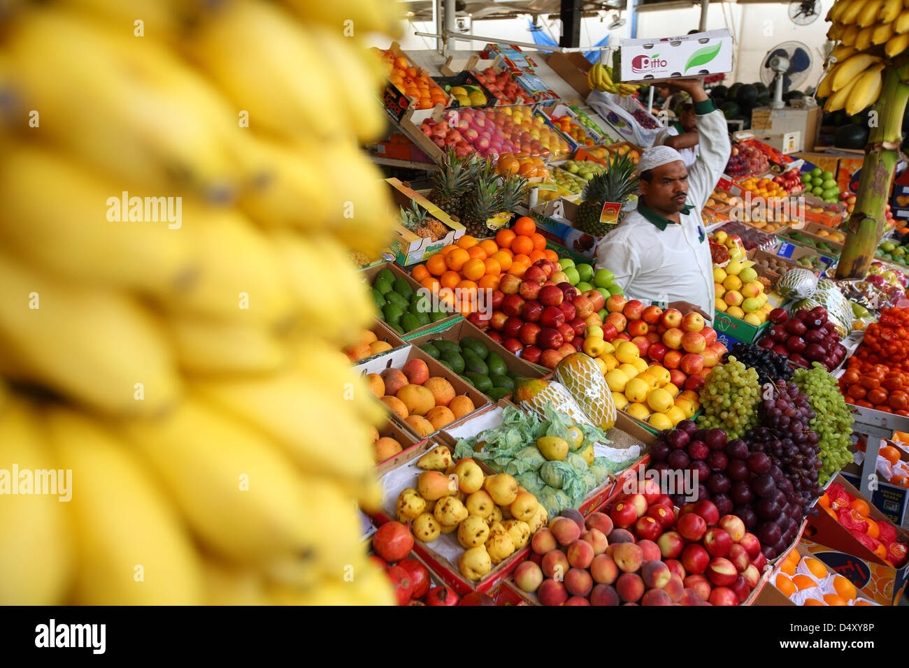 Man carrying box au marché de fruits, Dubaï, Émirats Arabes Unis Photo Stock