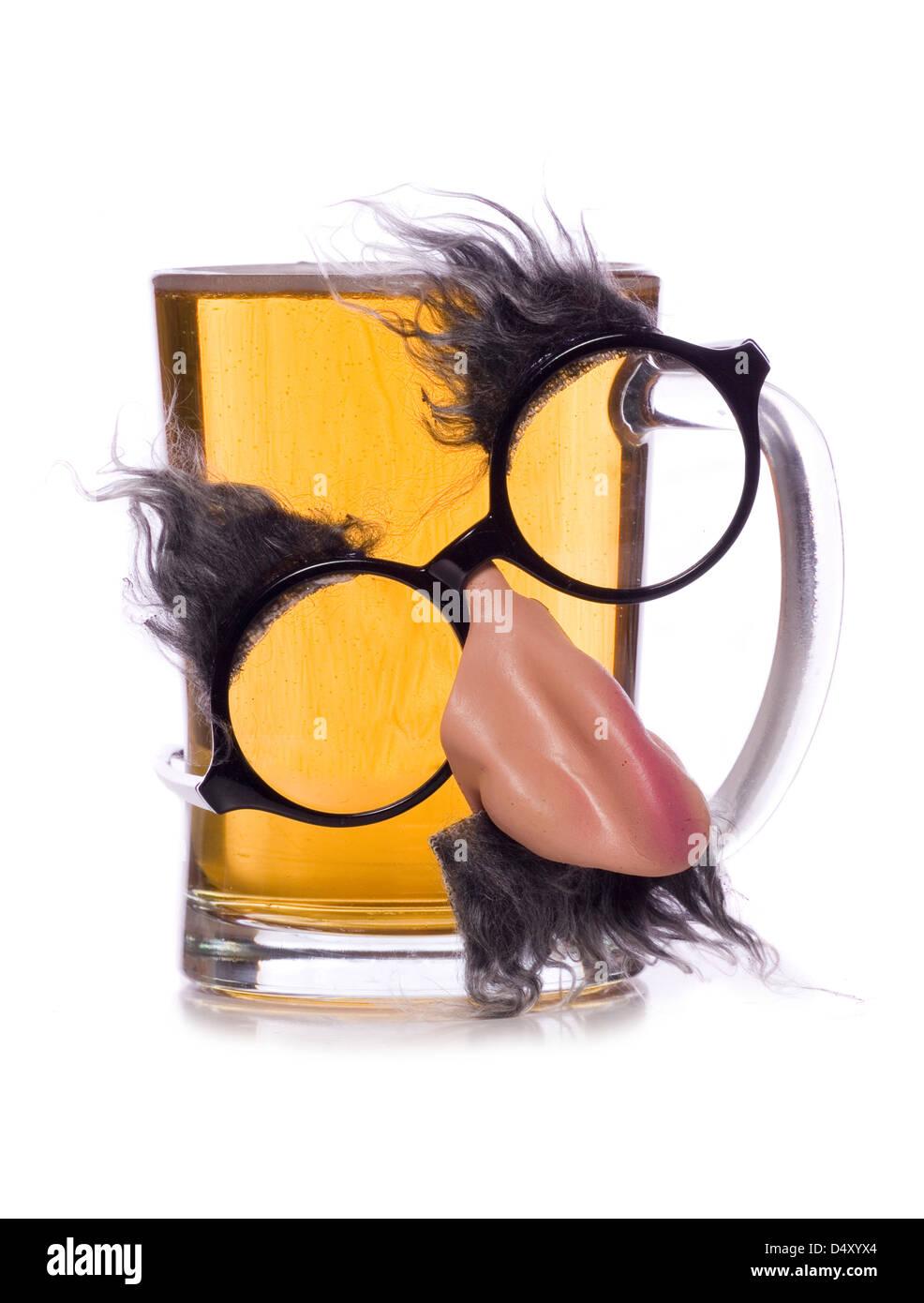 Pinte de bière avec des lunettes déguisement studio cut out Photo Stock