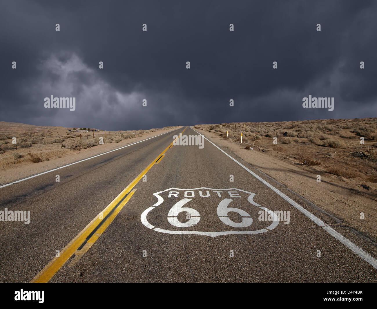 L'historique Route 66 ciel tempête dans le désert de Mojave en Californie. Photo Stock