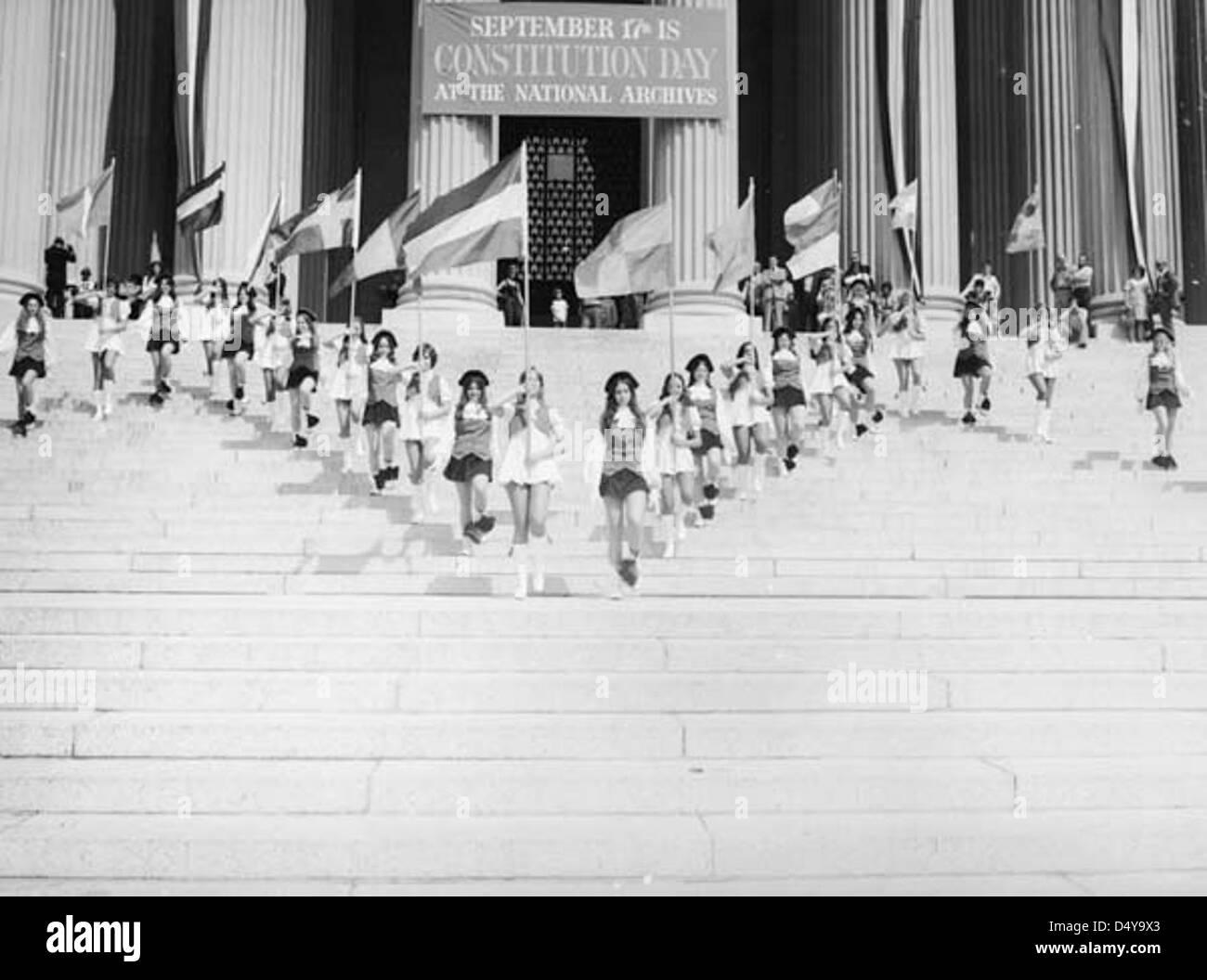Photographie de Jefferson high school marching colonials d'effectuer sur les marches de l'édifice des archives nationales Banque D'Images