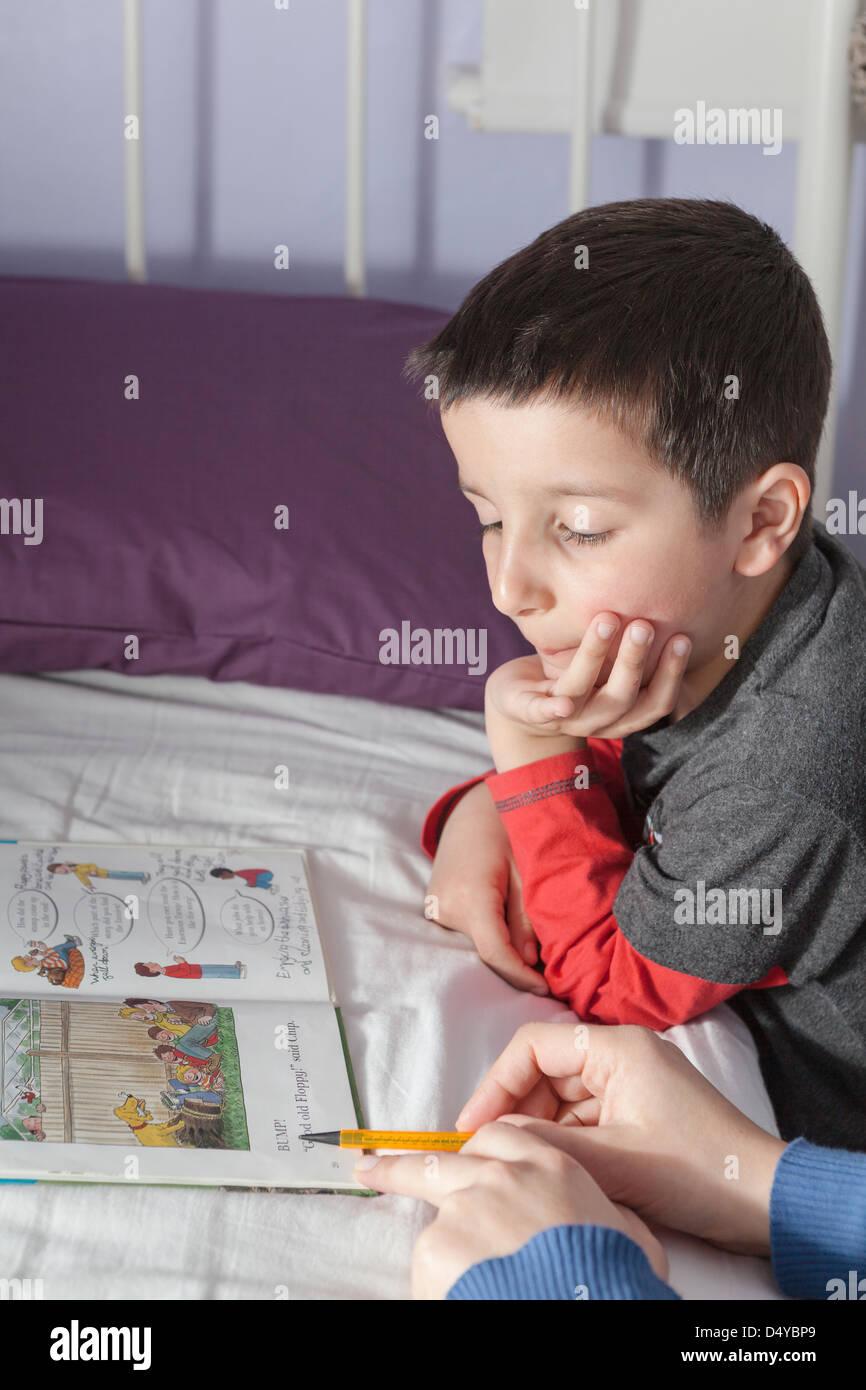 Mère enfant à lire Photo Stock