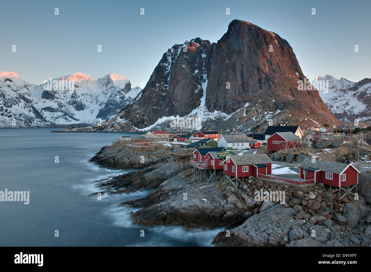Village de pêcheurs à distance de Hamnøy, Lofoten, Nordland, Norvège, Europe Photo Stock