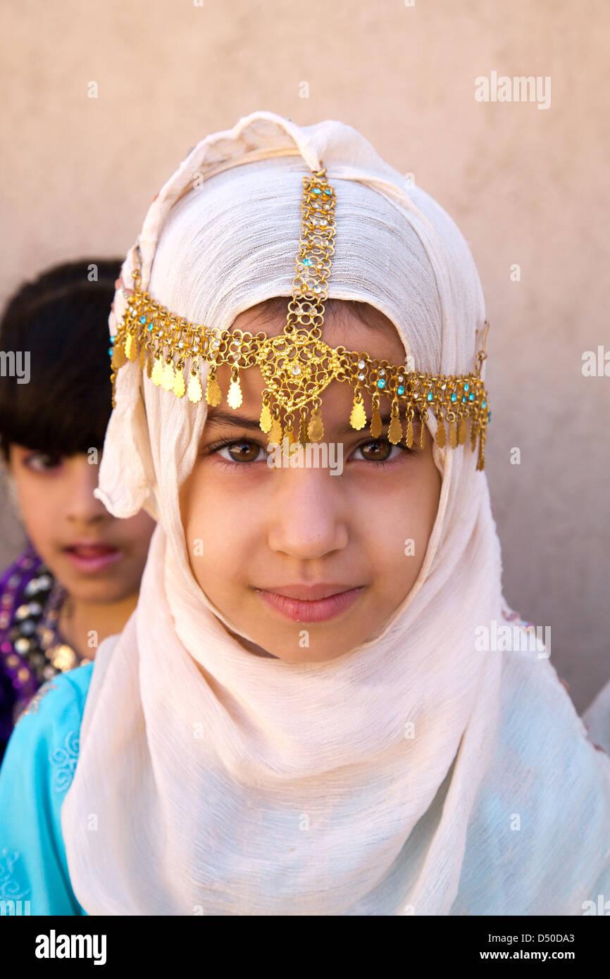 Portrait d'une jeune fille en coiffe traditionnelle omanaise et bijoux en or Photo Stock