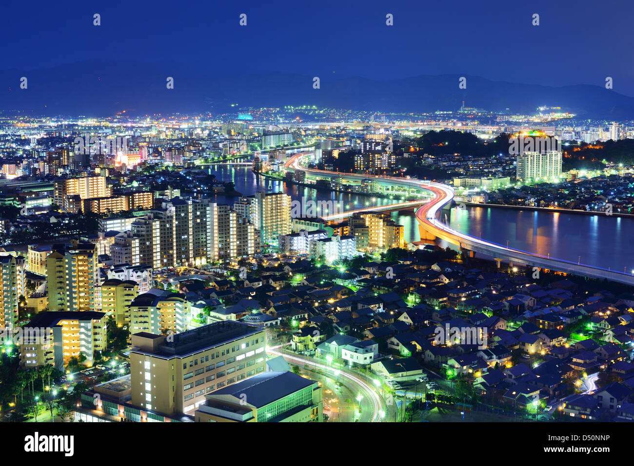 Toits de Fukuoka, Japon la nuit. Photo Stock