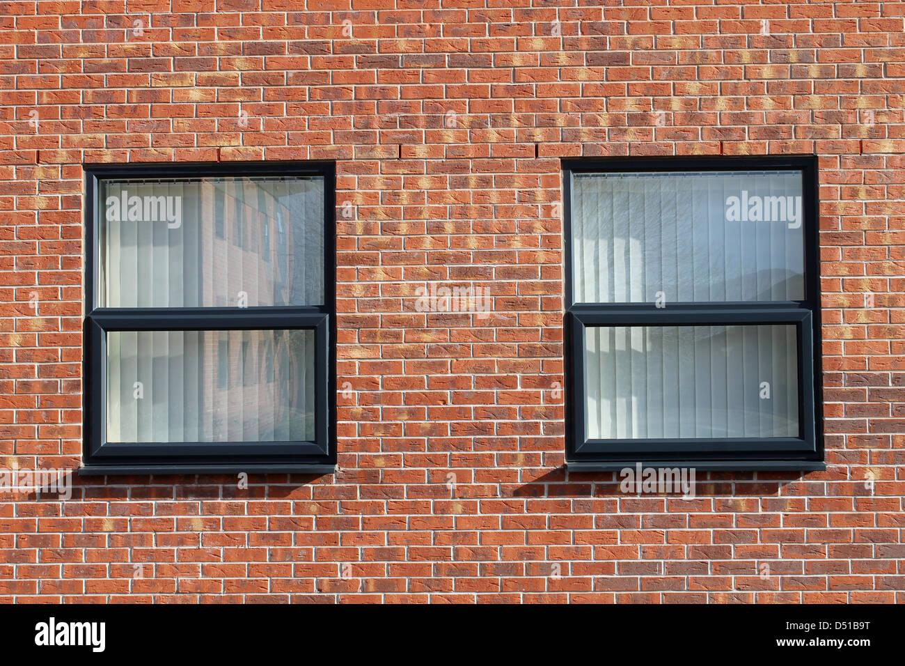 Deux fenêtres de bureau dans immeuble de bureaux moderne en brique