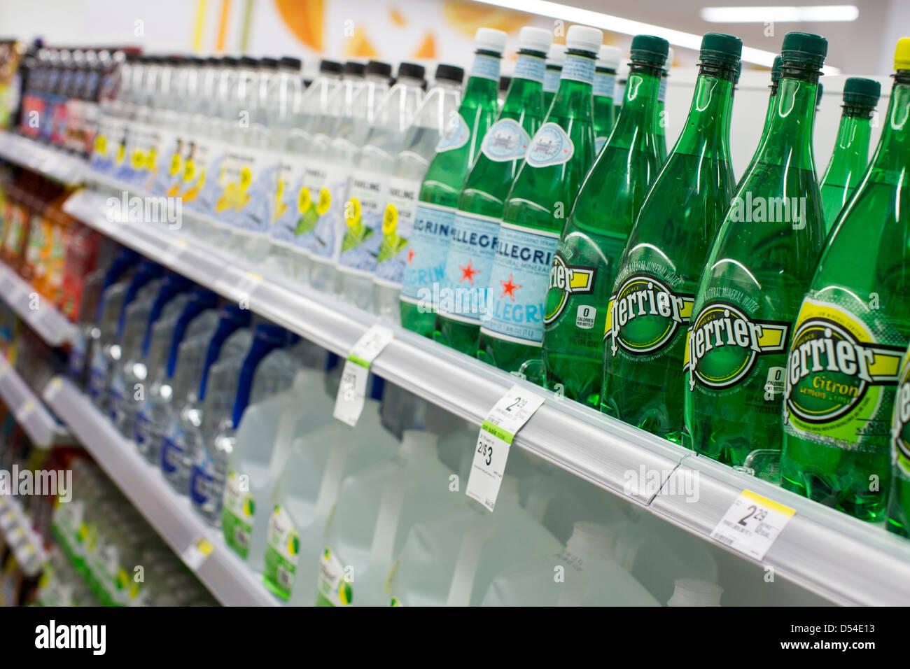 Perrier et San Pellegrino l'eau en bouteille sur l'affichage à un Walgreens Flagship store. Photo Stock