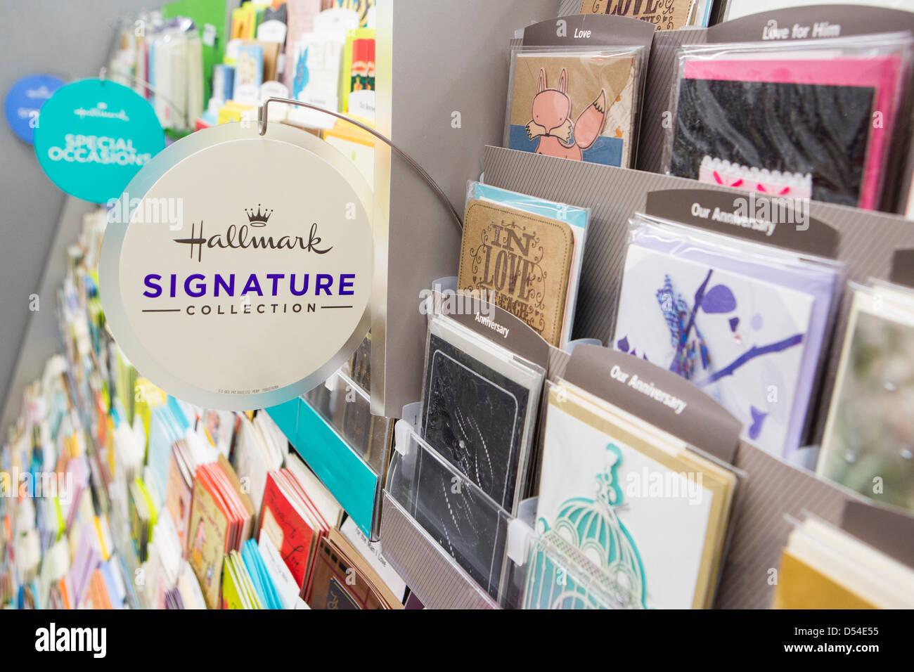 Marque de cartes de vœux sur l'affichage à un Walgreens Flagship store. Photo Stock