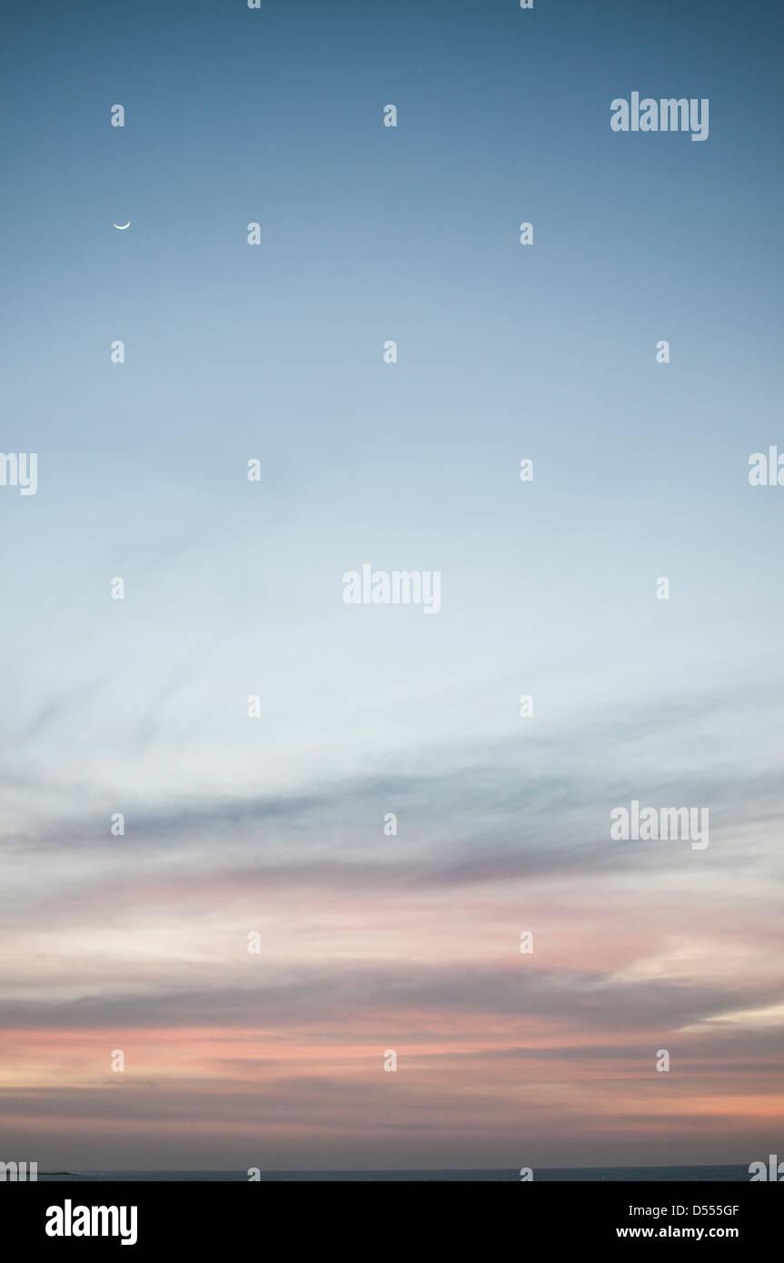 Lune croissante au ciel coloré Photo Stock