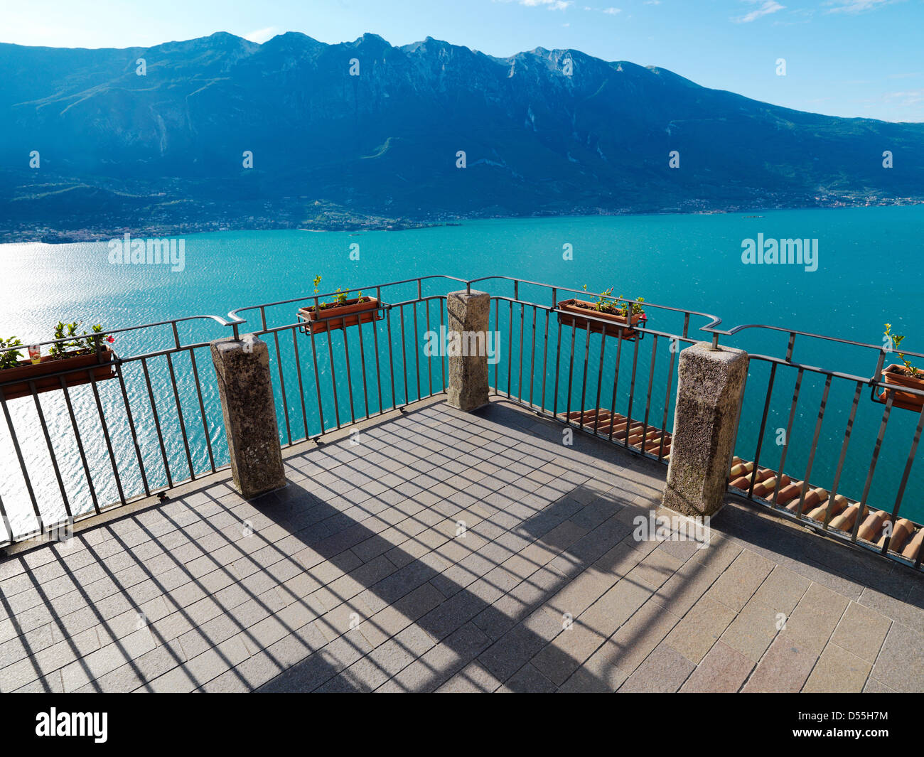 Tremosine, Italie, vue depuis une terrasse sur le lac de Garde Banque D'Images