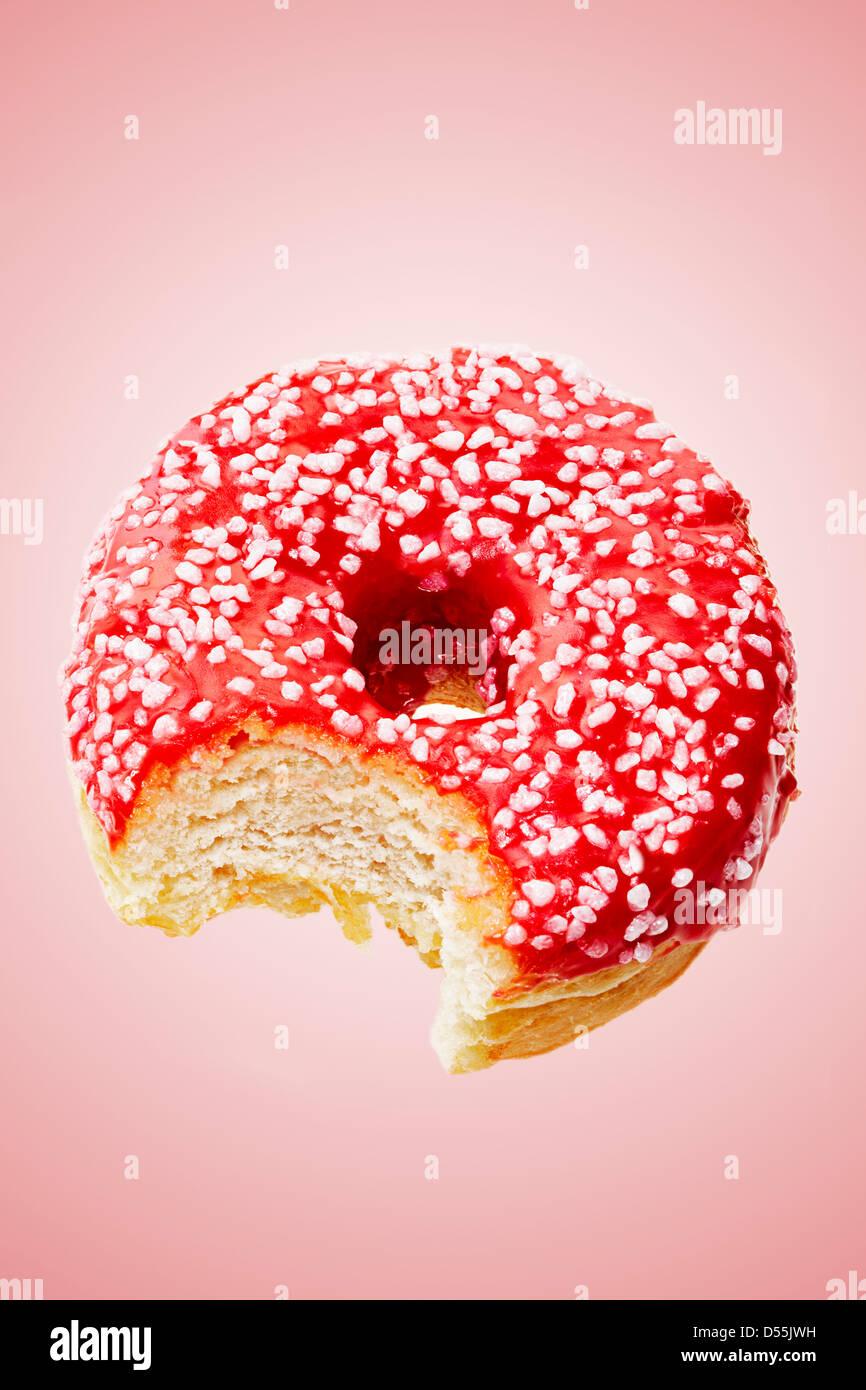 Donut avec bouchée prise Photo Stock