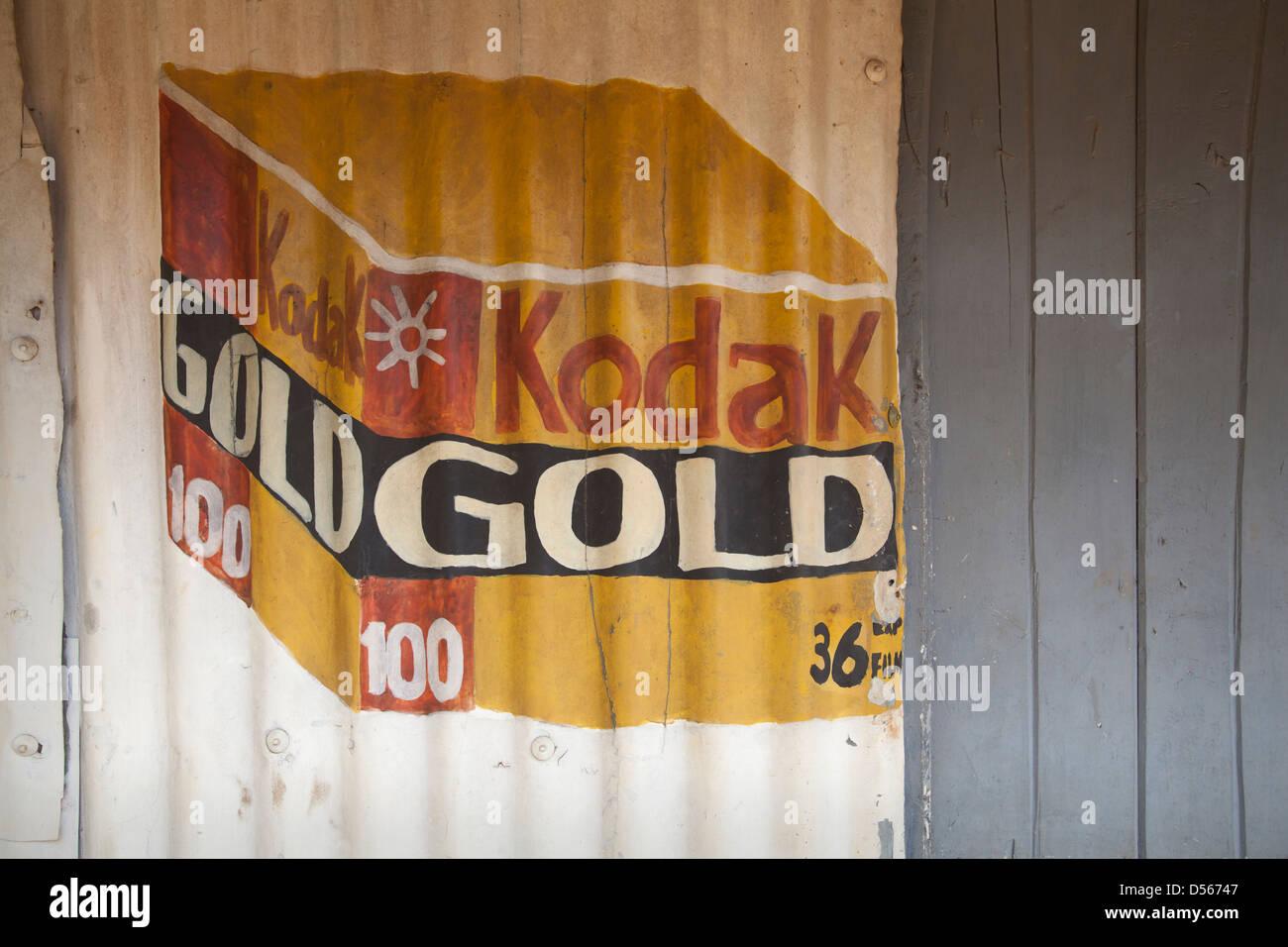 Peinture sur tôle ondulée Kodak publicité film or, au Kenya. Photo Stock