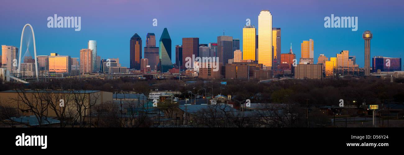 Image panoramique de la Dallas Downtown skyline at sunset Photo Stock